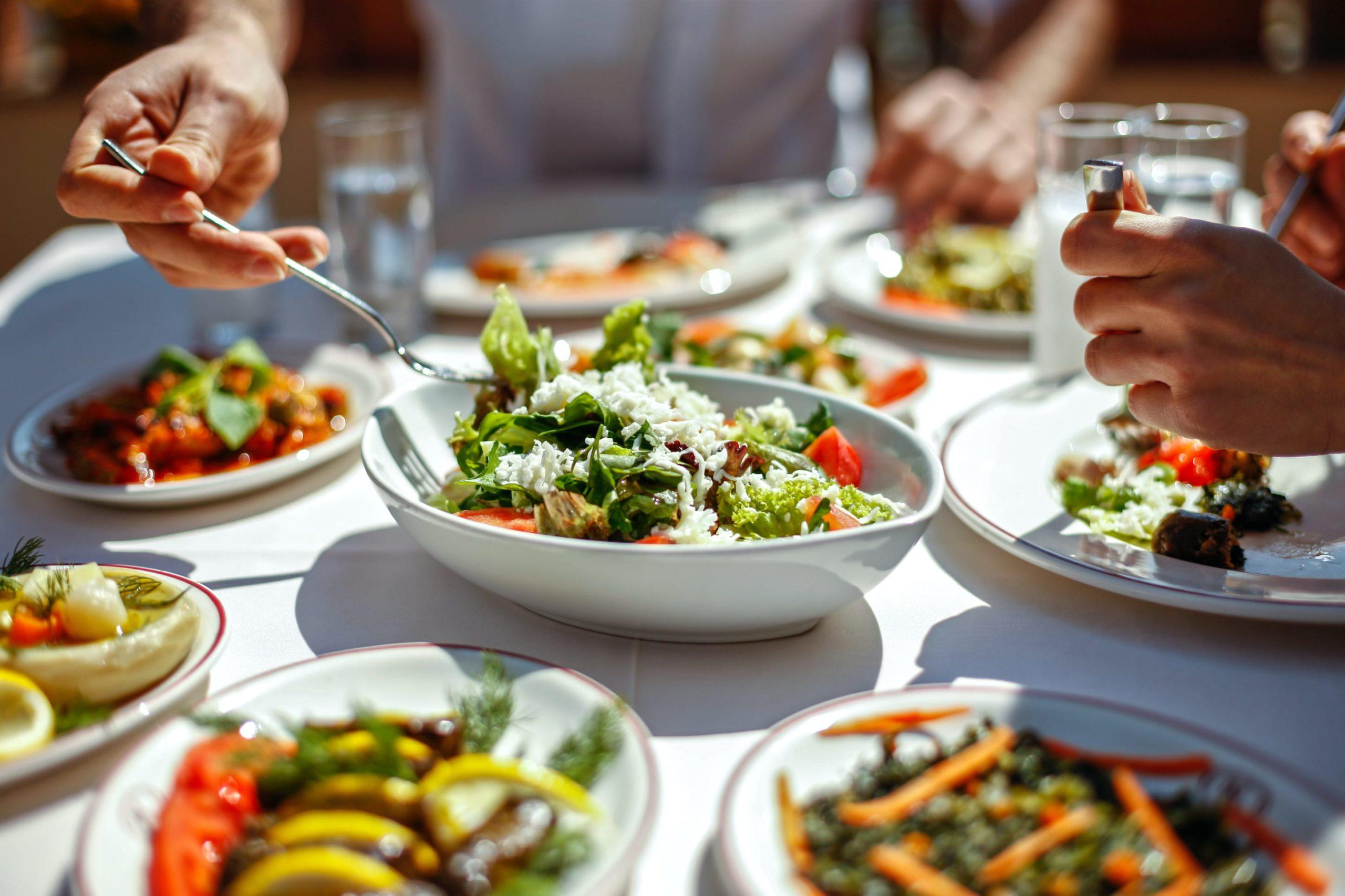 omslagsbild på matbord med salladsrätter